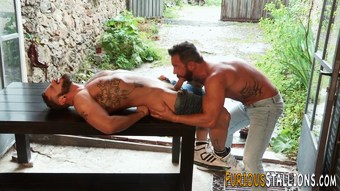 Muscled dude gets rimmed